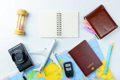 Los accesorios del viaje visten el concepto para el viaje de las vacaciones de verano PA Imágenes de archivo libres de regalías
