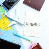 Los accesorios del viaje visten el concepto para el viaje de las vacaciones de verano PA Fotos de archivo