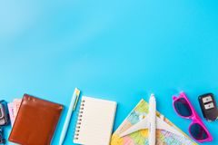 Los accesorios del viaje visten el concepto para el viaje de las vacaciones de verano PA Imagen de archivo libre de regalías
