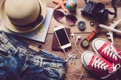 Los accesorios del viaje visten el coste del viaje foto de archivo libre de regalías
