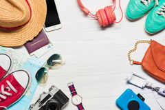 Los accesorios del viaje y de vestir foto de archivo
