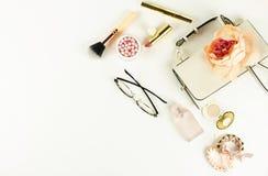 Los accesorios elegantes de moda femeninos y componen los cosméticos Imagen de archivo