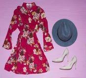 Los accesorios femeninos de la ropa mezclan el sistema Ropa de las mujeres Collage de la ropa del verano de la primavera fotos de archivo libres de regalías