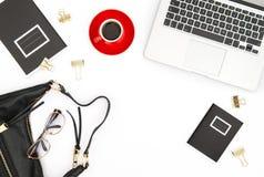 Los accesorios femeninos del café del cuaderno del escritorio de oficina forman el la plano Fotografía de archivo