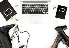 Los accesorios femeninos del cuaderno del escritorio de oficina forman endecha del plano Imagenes de archivo