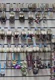 Los accesorios hechos a mano étnicos africanos por el baobab que vende en el campo hacen compras Imagen de archivo