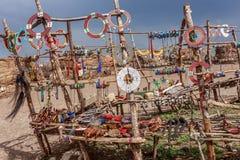 Los accesorios hechos a mano tradicionales hechos de los Masai, ofrecen el buen precio para el turista que visitan a los Masai Fotografía de archivo