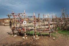 Los accesorios hechos a mano tradicionales hechos de los Masai, ofrecen el buen precio para el turista que visitan a los Masai Foto de archivo