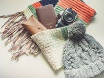 Los accesorios largos del viaje de la estación del día de fiesta y del invierno en plano ponen el co Imagen de archivo libre de regalías