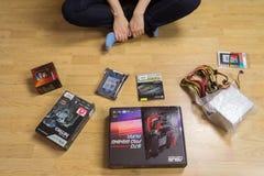 Los accesorios para el montaje del ordenador se separaron hacia fuera en el w Fotografía de archivo libre de regalías