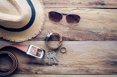 Los accesorios para el viaje en el piso de madera entonan el vintage Foto de archivo libre de regalías