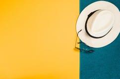 Los accesorios para la opinión superior del viaje amarillean el fondo con el espacio de la copia Fotos de archivo