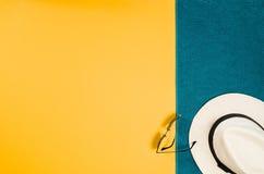 Los accesorios para la opinión superior del viaje amarillean el fondo con el espacio de la copia Fotos de archivo libres de regalías