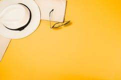 Los accesorios para la opinión superior del viaje amarillean el fondo con el espacio de la copia Imágenes de archivo libres de regalías