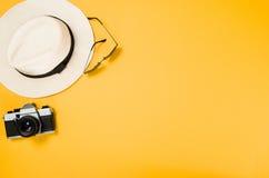 Los accesorios para la opinión superior del viaje amarillean el fondo con el espacio de la copia Foto de archivo libre de regalías