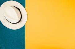 Los accesorios para la opinión superior del viaje amarillean el fondo con el espacio de la copia Fotografía de archivo libre de regalías
