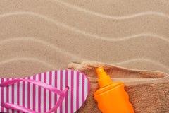Los accesorios para la playa que miente en la arena varan Imágenes de archivo libres de regalías