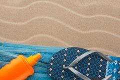 Los accesorios para la playa que miente en la arena varan Fotografía de archivo