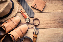 Los accesorios para los hombres ponen en el piso de madera Foto de archivo