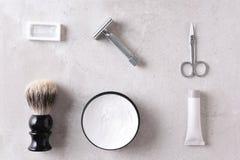 Los accesorios personales de la preparación en una teja gris emergen Fotos de archivo libres de regalías
