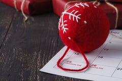 Los accesorios rojos de la celebración de la Navidad de la bola se preparan para el Chris Imagen de archivo