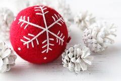 Los accesorios rojos de la celebración de la Navidad de la bola se preparan para el Chris Fotos de archivo libres de regalías