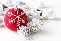 Los accesorios rojos de la celebración de la Navidad de la bola se preparan para el Chris Imagenes de archivo