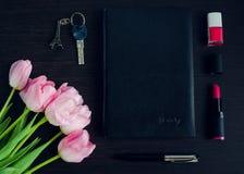 Los accesorios rosados y negros de la mujer Fotos de archivo libres de regalías