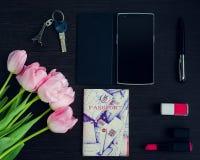 Los accesorios rosados y negros de la mujer Imagen de archivo