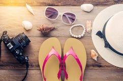 Los accesorios se visten con el viaje para el verano en piso de madera Imagen de archivo libre de regalías