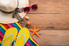 Los accesorios se visten con el viaje para el verano en piso de madera Fotos de archivo libres de regalías
