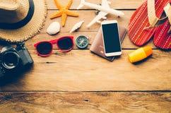 Los accesorios se visten con el viaje para el verano en piso de madera Fotos de archivo