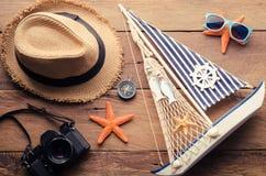 Los accesorios se visten con el viaje para el verano en piso de madera Foto de archivo libre de regalías