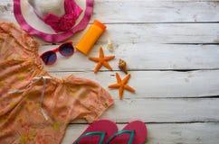 Los accesorios se visten con el viaje para el verano en piso de madera Imagen de archivo
