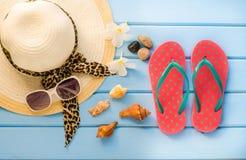 Los accesorios se visten con el viaje para el verano en piso de madera azul Fotografía de archivo libre de regalías