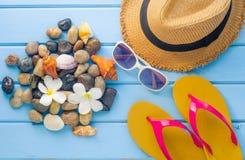 Los accesorios se visten con el viaje para el verano en piso de madera azul Fotos de archivo libres de regalías