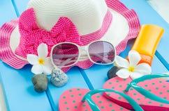 Los accesorios se visten con el viaje para el verano en piso de madera azul Foto de archivo