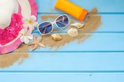 Los accesorios se visten con el viaje para el verano en piso de madera azul Foto de archivo libre de regalías