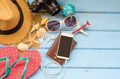 Los accesorios se visten con el viaje para el verano en piso de madera azul Imágenes de archivo libres de regalías