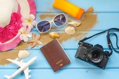 Los accesorios se visten con el viaje para el verano en piso de madera azul Fotos de archivo