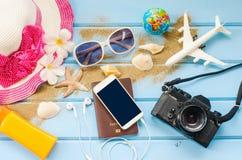 Los accesorios se visten con el viaje para el verano en piso de madera azul Imagenes de archivo