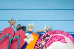Los accesorios se visten con el viaje para el verano en piso de madera azul Fotografía de archivo