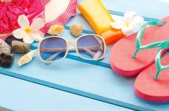Los accesorios se visten con el viaje para el verano en piso de madera azul Imagen de archivo libre de regalías