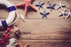 Los accesorios se visten con el viaje para el verano en piso de madera Foto de archivo