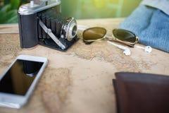 Los accesorios viajan, cartera, cámara de la foto, teléfono elegante, sunglass, sma Imagen de archivo