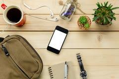 Los accesorios viajan con el móvil, gafas de sol, bolso, wat Imagen de archivo