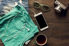 Los accesorios viajan con el teléfono móvil, cámara, auriculares, Imagen de archivo
