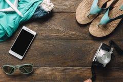 Los accesorios viajan con el teléfono móvil, cámara, gafas de sol Imagen de archivo libre de regalías