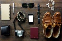 Los accesorios viajan con el teléfono móvil, pasaporte, cámara, e Foto de archivo libre de regalías