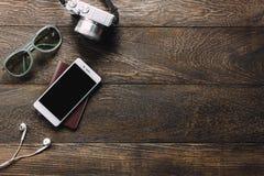 Los accesorios viajan con el teléfono móvil, pasaporte, cámara, e Imagenes de archivo